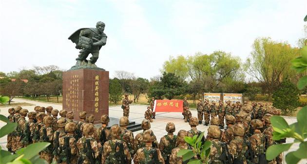 """第83集团军某旅""""杨根思连""""官兵开展纪念老连长杨根思牺牲69周年活动"""
